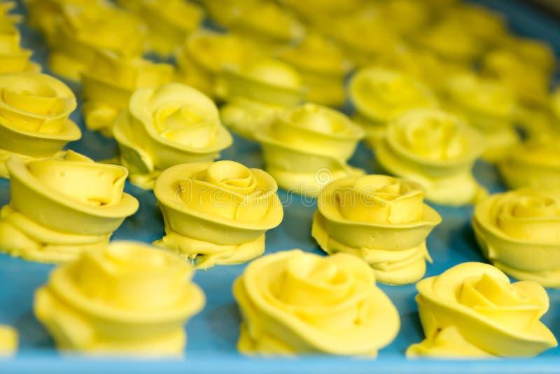 Una bandeja de rosas amarillas de Buttercream foto de archivo libre de regalías