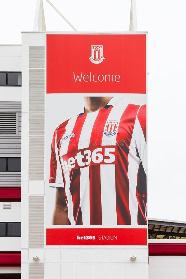 Una bandera adorna el estadio de la apuesta 365, hogar del club del fútbol de Stoke City fotos de archivo