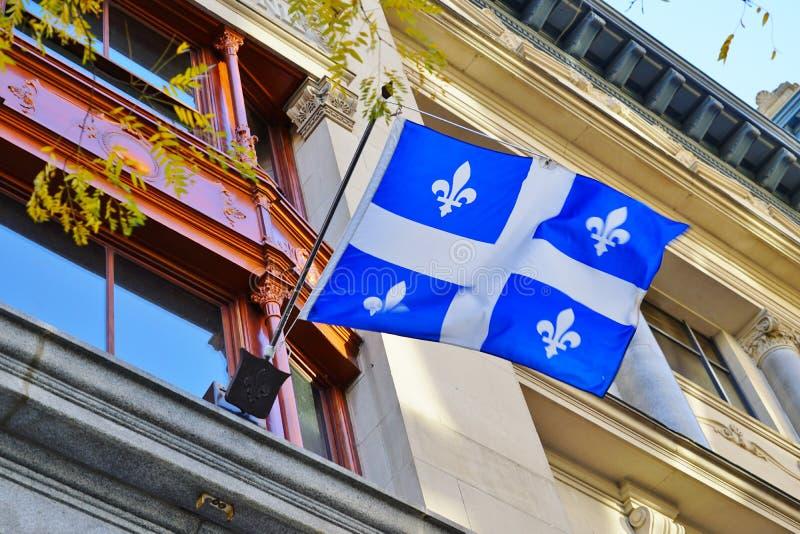 Una bandera de Quebec con las flores del lirio blanco en Montreal, Canadá foto de archivo