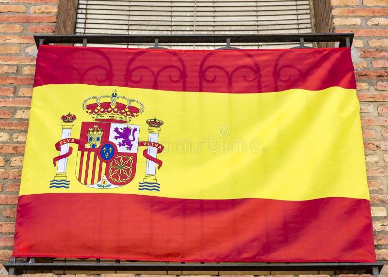 Una bandera española en un balcón fotografía de archivo