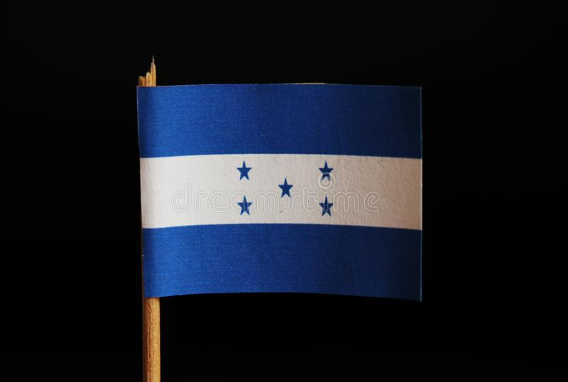 Una bandera oficial de Honduras en palillo y en fondo negro Honduras está situada en America Central y pertenece al la de la pobr imagenes de archivo