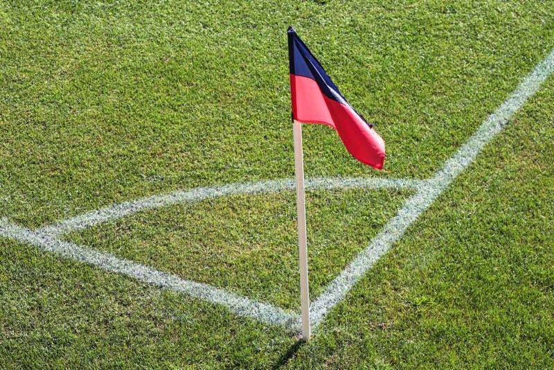 Una bandera roja y azul en una esquina de estadio de fútbol fotografía de archivo libre de regalías