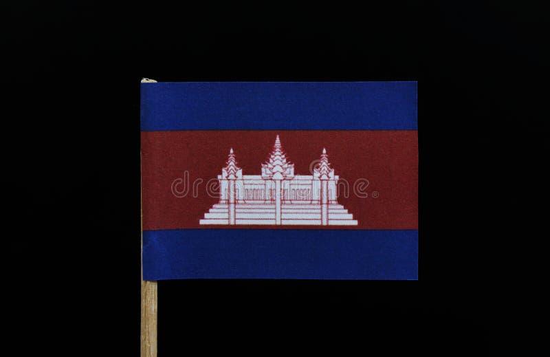 Una bandiera originale ed unica della Cambogia sugli stuzzicadenti su fondo nero Tre bande orizzontali di blu, di rosso e di blu, fotografia stock libera da diritti
