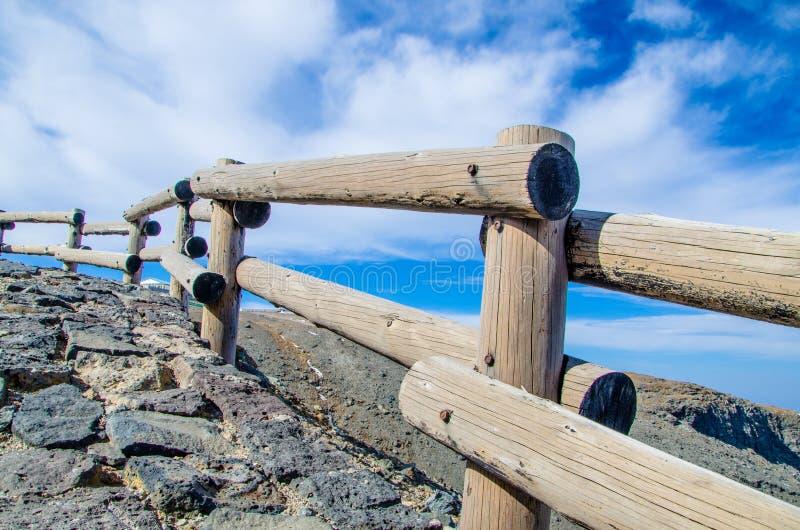 Una barandilla de madera en un borde de la carretera rural con una perspectiva agradable. foto de archivo libre de regalías