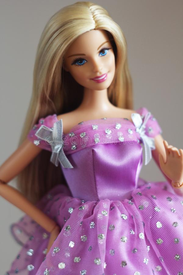 Una barbie hermosa con el pelo blanco Muñeca elegante imagen de archivo