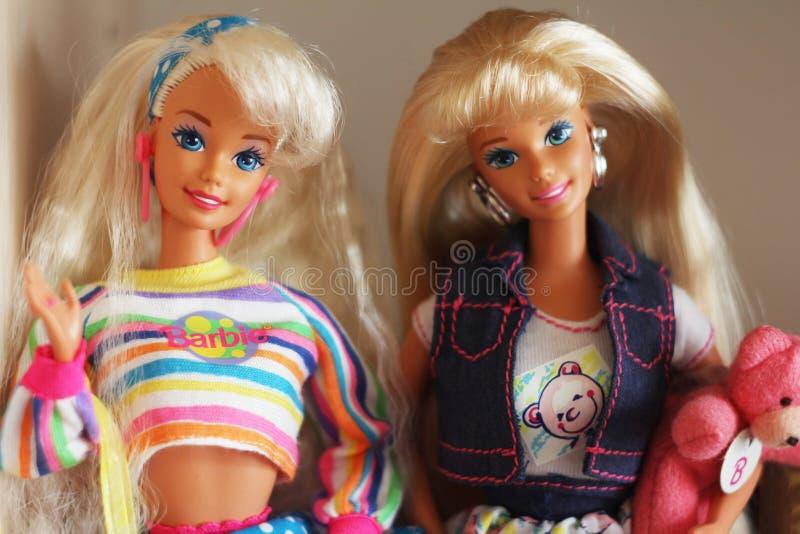 Una barbie hermosa con el pelo blanco Muñeca elegante imágenes de archivo libres de regalías