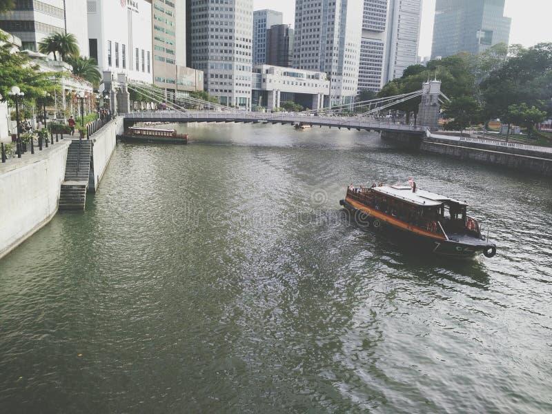 Una barca ad un fiume fotografie stock