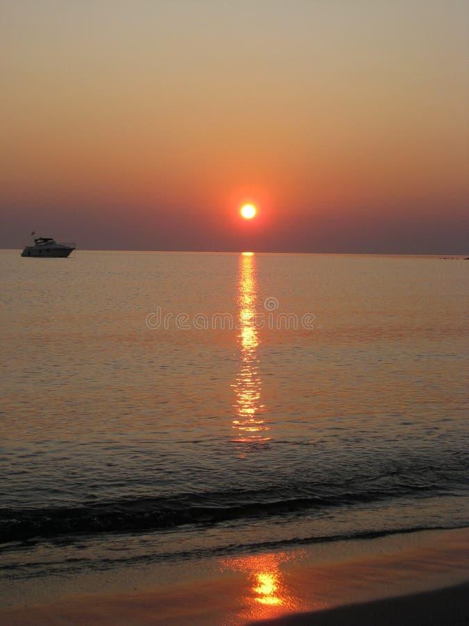 Una barca al tramonto fotografia stock libera da diritti