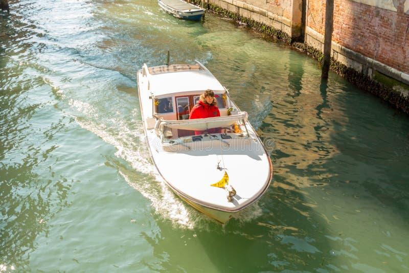 Una barca bianca di velocità immagine stock libera da diritti