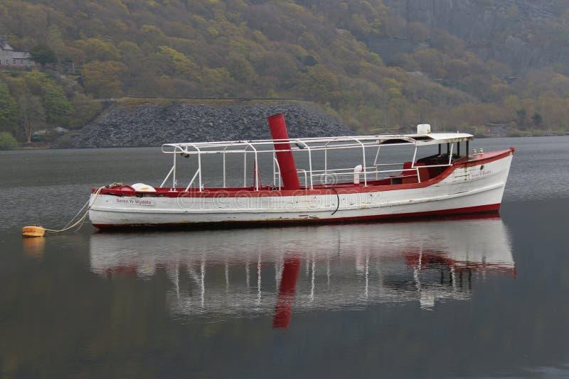 Una barca bianca nel fiume fotografia stock