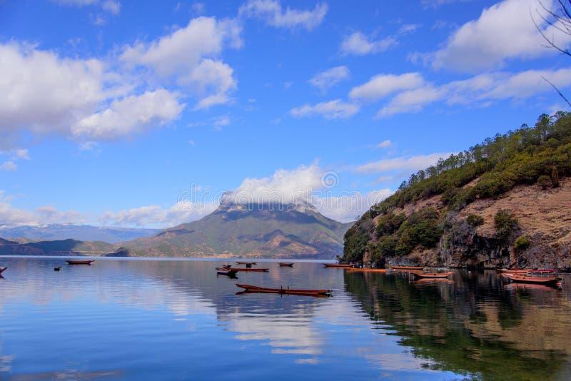Una barca che galleggia sul lago fotografia stock libera da diritti