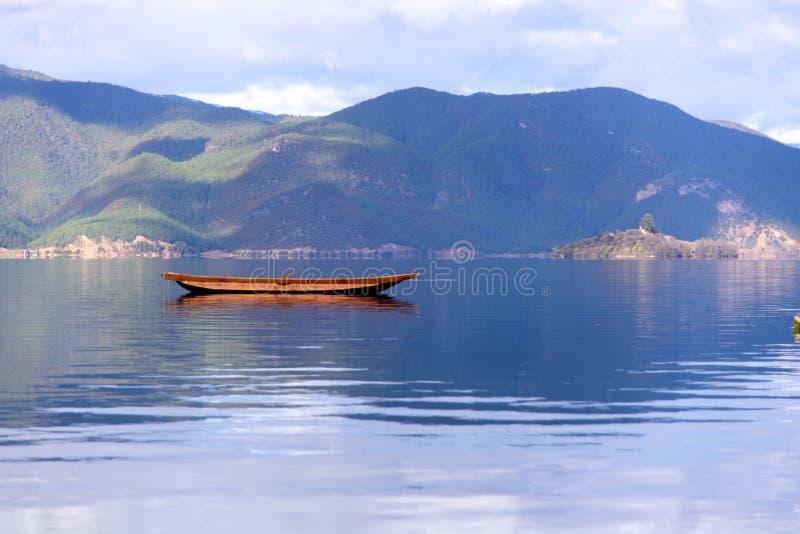 Una barca che galleggia sul lago fotografie stock libere da diritti