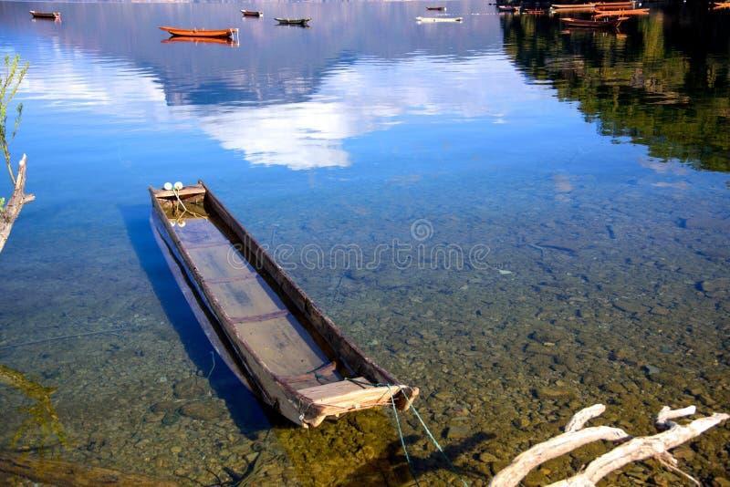 Una barca che galleggia sul lago immagine stock libera da diritti
