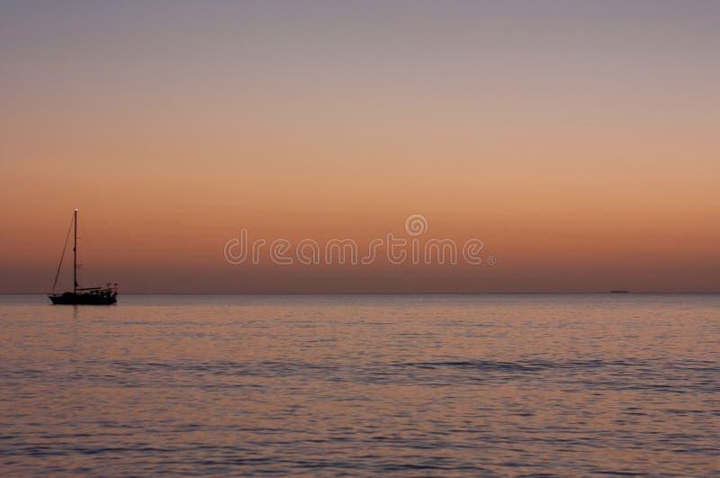 Una barca che si ancora vicino a Uoleva durante il tramonto fotografia stock