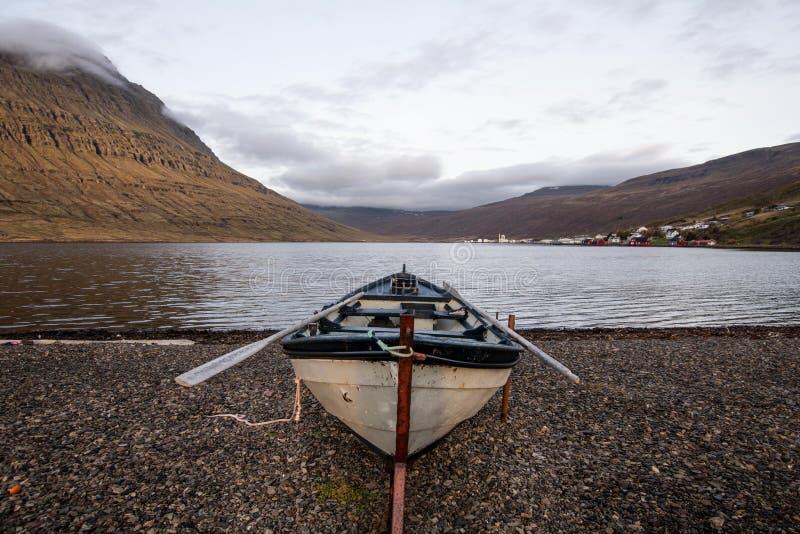 Una barca di fila sulla riva, Islanda immagini stock