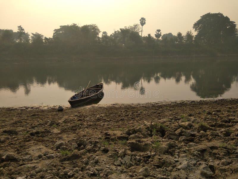Una barca di fiume sulla sponda del fiume immagini stock libere da diritti