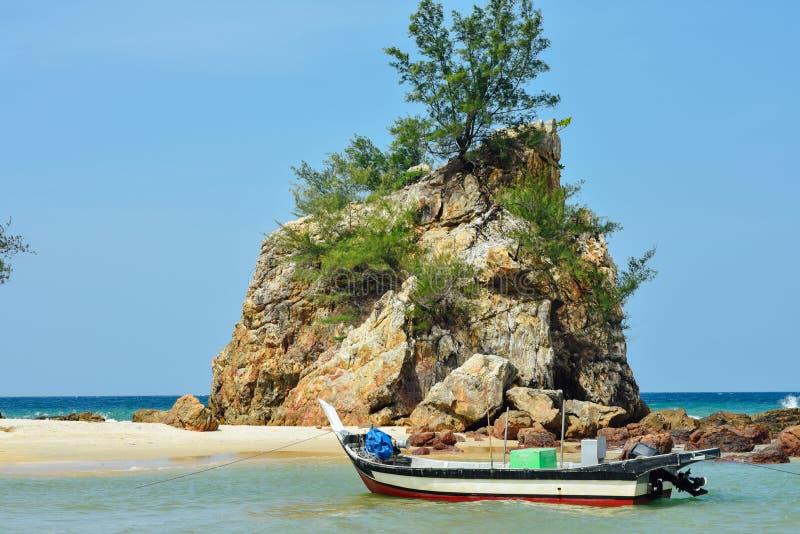 Una barca messa in bacino dalla roccia immagini stock