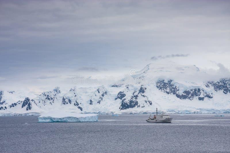Una barca nel paesaggio antartico fotografia stock