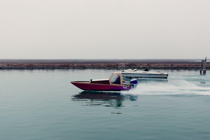 Una barca nell'incrocio su laguna in Venise fotografie stock libere da diritti