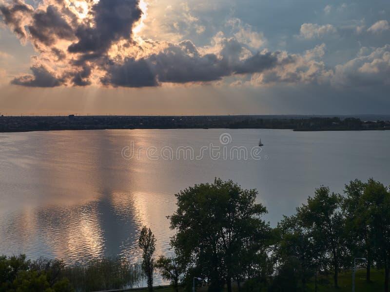Una barca sola naviga sul lago Siutghiol in Mamaia, vicino a Costanza, la Romania fotografia stock
