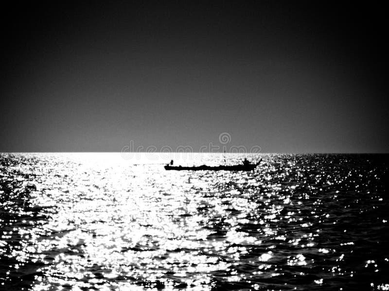 Una barca sulle acque d'argento fotografie stock libere da diritti