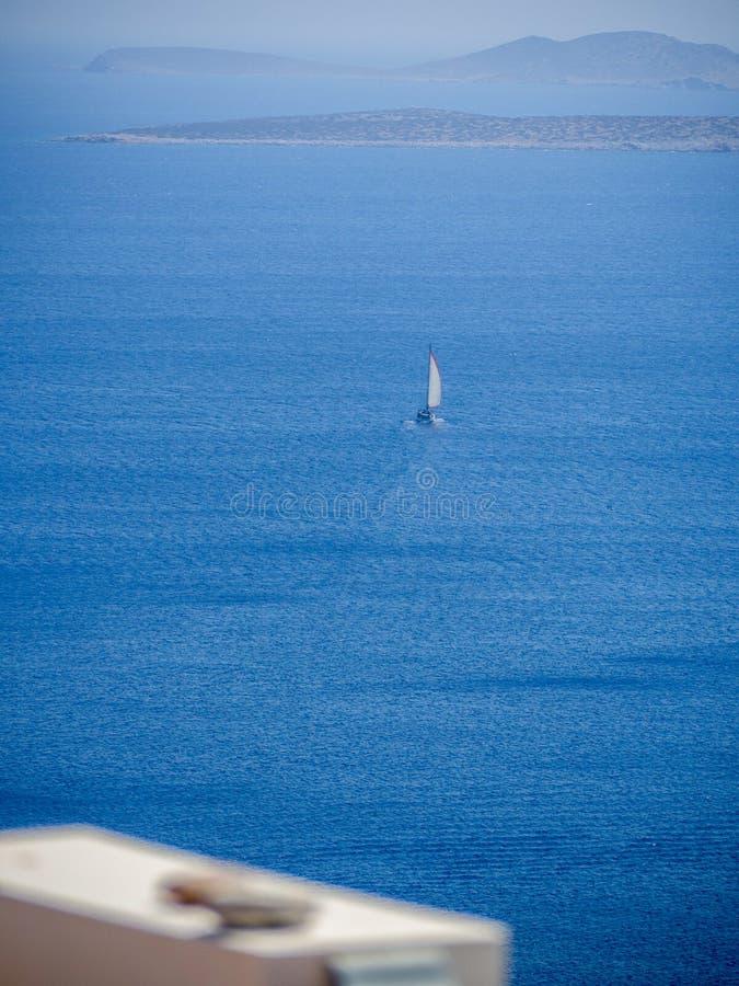 Una barca a vela che lascia il porto di Astypalaia immagine stock