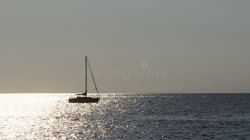 Una barca a vela sul mare fotografia stock libera da diritti