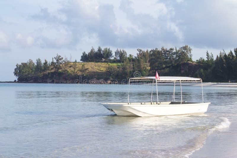Una barca vicino alla bella punta del Borneo, Malesia sulla mattina immagine stock