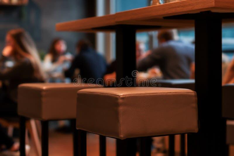 Una barra con los vidrios, destellar y fruta en ella en un restaurante de la atmósfera fotografía de archivo libre de regalías