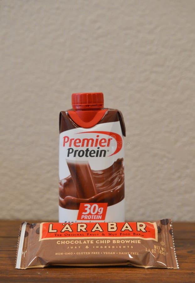 Una barra de la proteína del brownie del microprocesador de chocolate y una proteína del chocolate sacuden imagenes de archivo