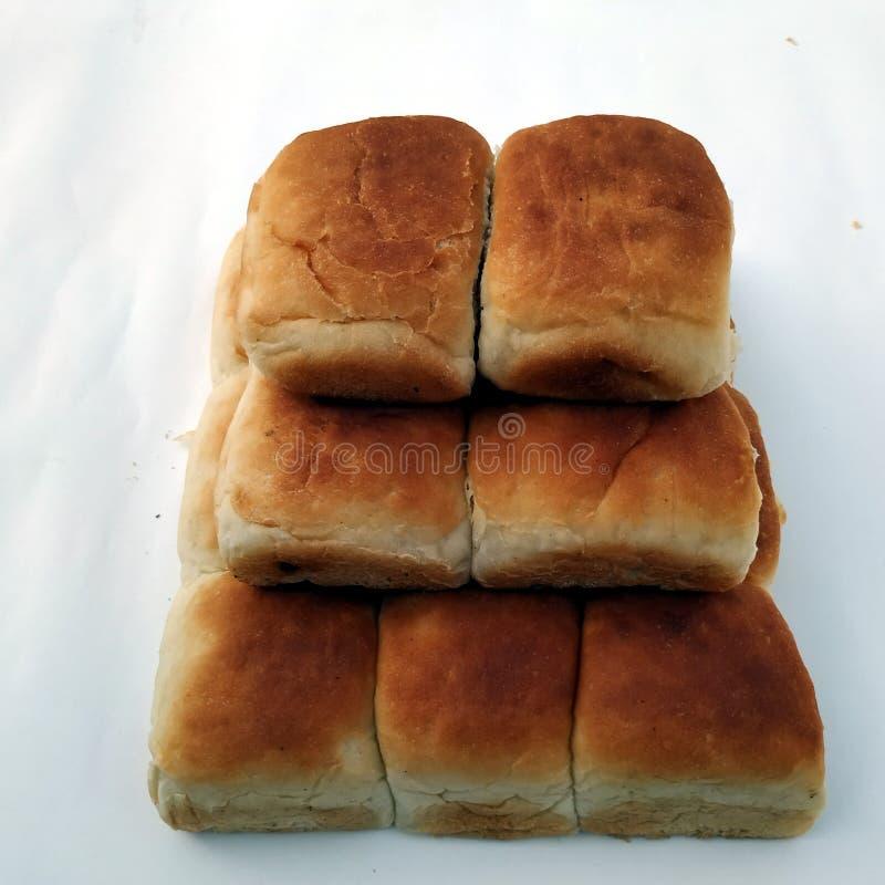 Una barra de pan cuadrada tradicional está en un fondo blanco Pan aislado en un fondo blanco fotos de archivo libres de regalías