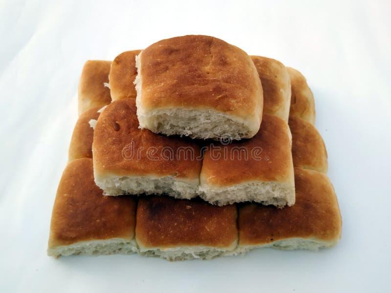 Una barra de pan cuadrada tradicional est? en un fondo blanco Pan aislado en un fondo blanco foto de archivo