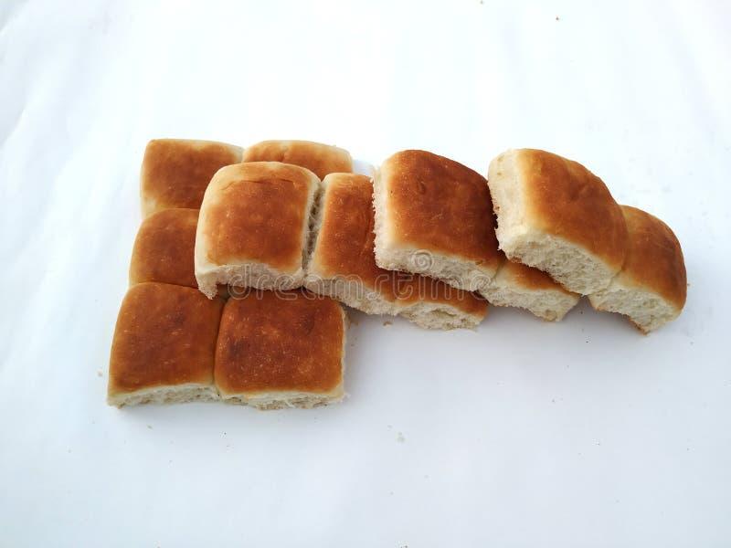 Una barra de pan cuadrada tradicional est? en un fondo blanco Pan aislado en un fondo blanco foto de archivo libre de regalías