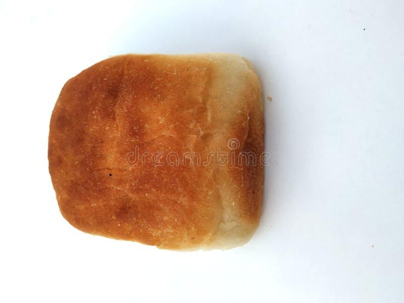 Una barra de pan cuadrada tradicional est? en un fondo blanco Pan aislado en un fondo blanco fotos de archivo libres de regalías