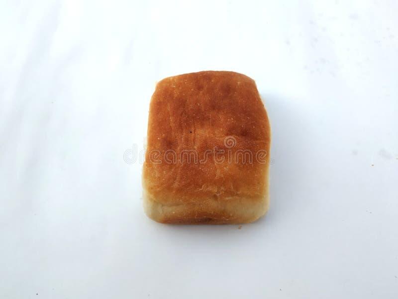 Una barra de pan cuadrada tradicional est? en un fondo blanco Pan en un fondo blanco fotografía de archivo