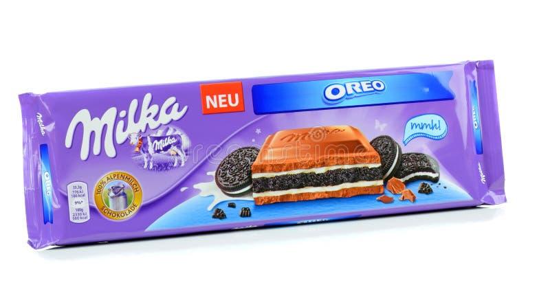 Una barra del chocolate con leche de la galleta de Milka Mondelez Oreo foto de archivo