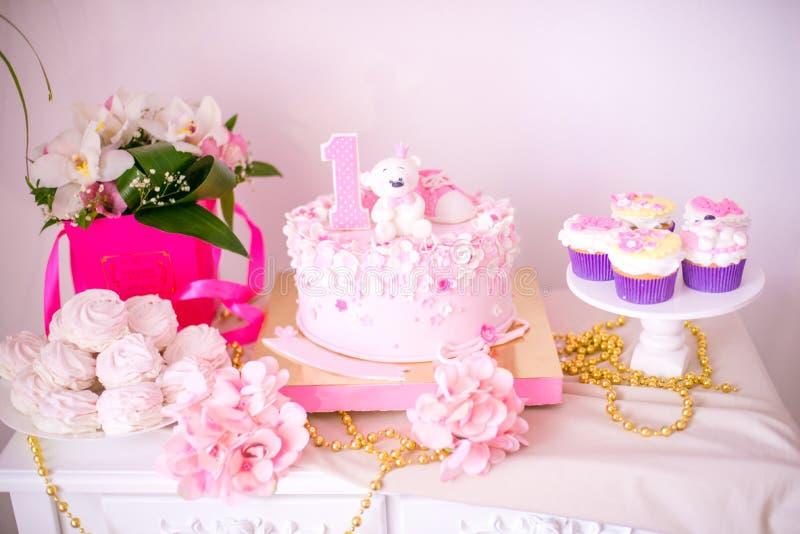 Una barra di caramella deliziosa adorabile nei colori dell'oro e di rosa per una piccola principessa sul suo primo compleanno fotografie stock libere da diritti