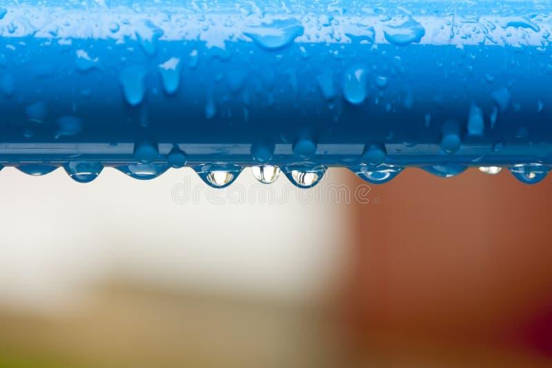 Una barra di metallo con molte gocce dell'acqua fotografie stock libere da diritti
