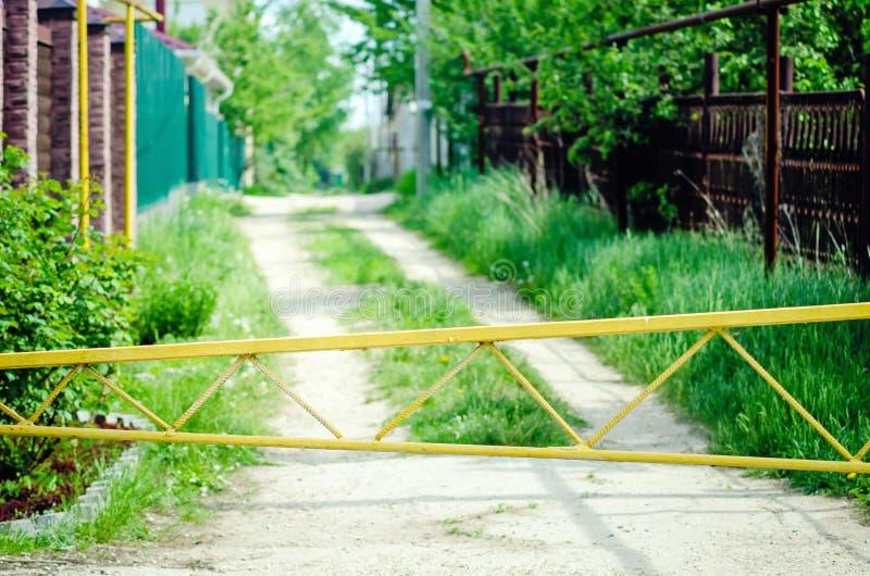 Una barrera en el camino del pueblo fotografía de archivo libre de regalías
