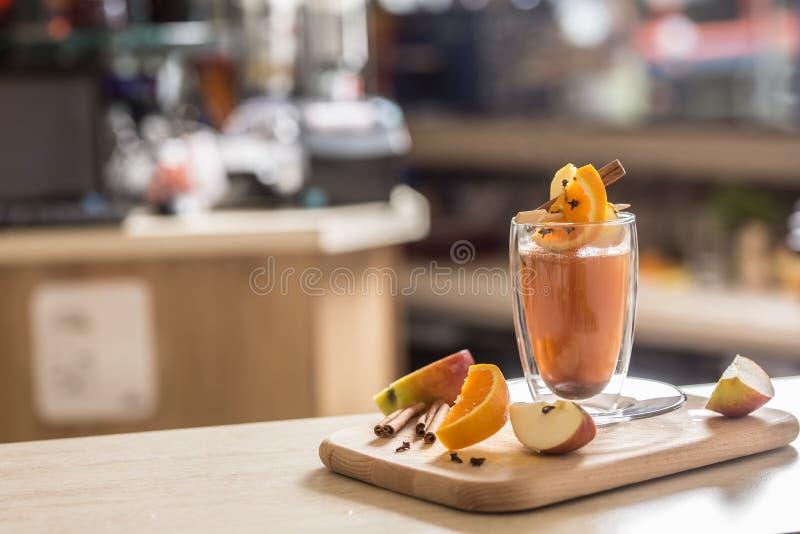 Una bebida estacional tradicional del sacador en la barra imagen de archivo