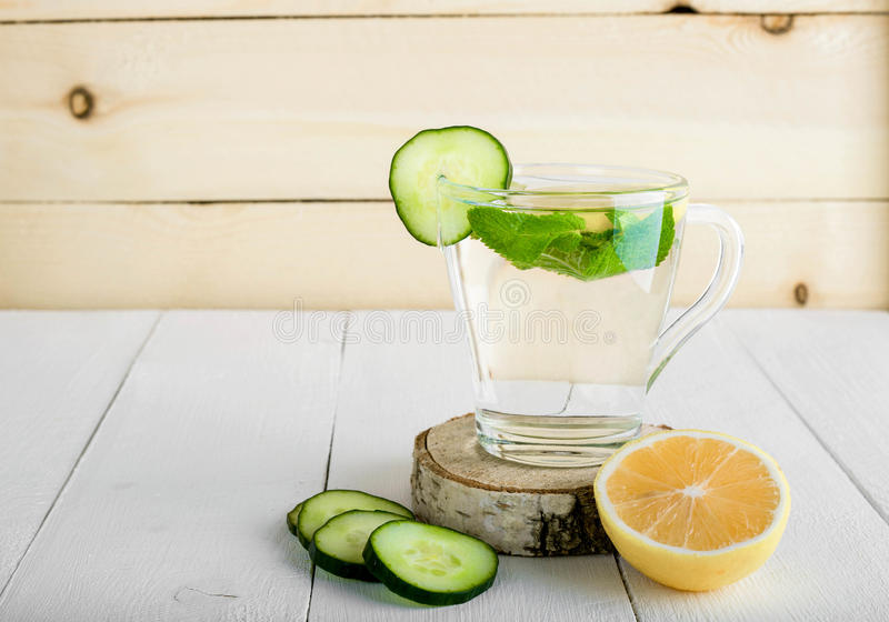Una bebida que rejuvenece, un cóctel, té, agua con el limón, inbet, imagen de archivo
