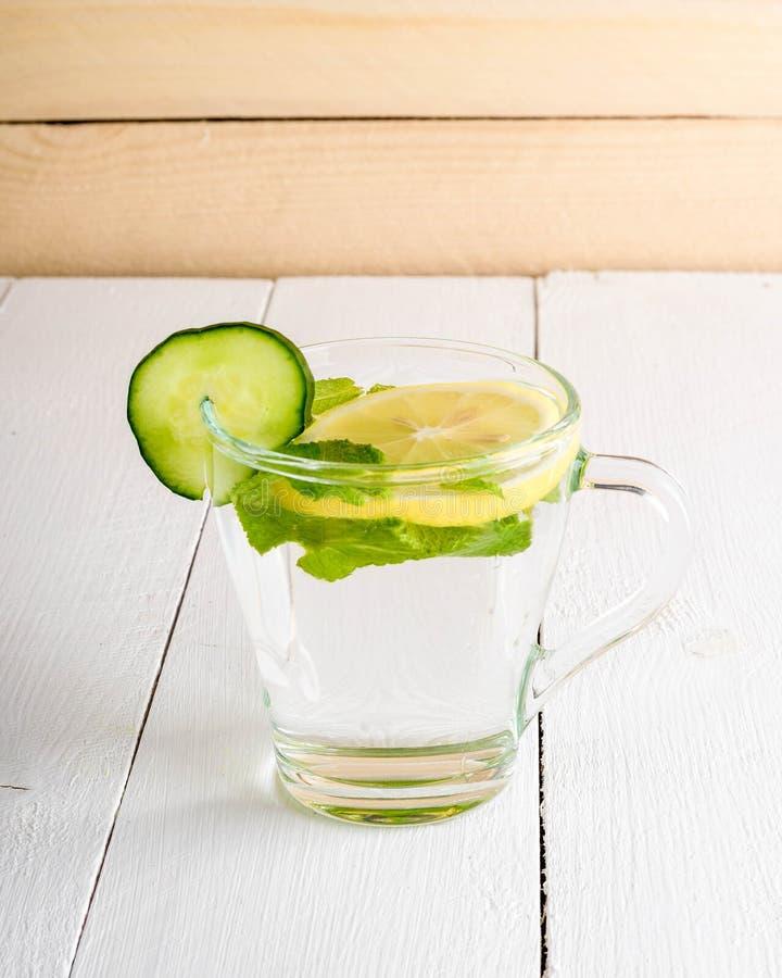 Una bebida que rejuvenece, un cóctel, té, agua con el limón, inbet, fotografía de archivo libre de regalías