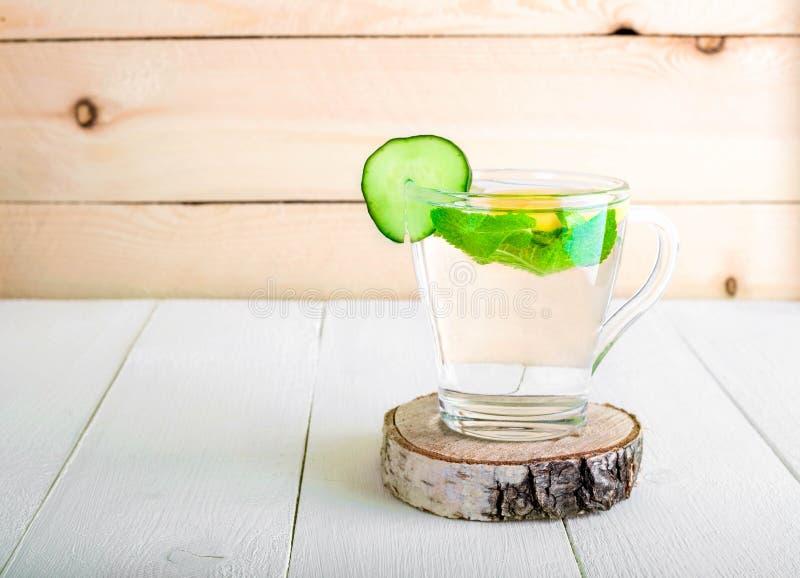 Una bebida que rejuvenece, un cóctel, té, agua con el limón, inbet, imagenes de archivo