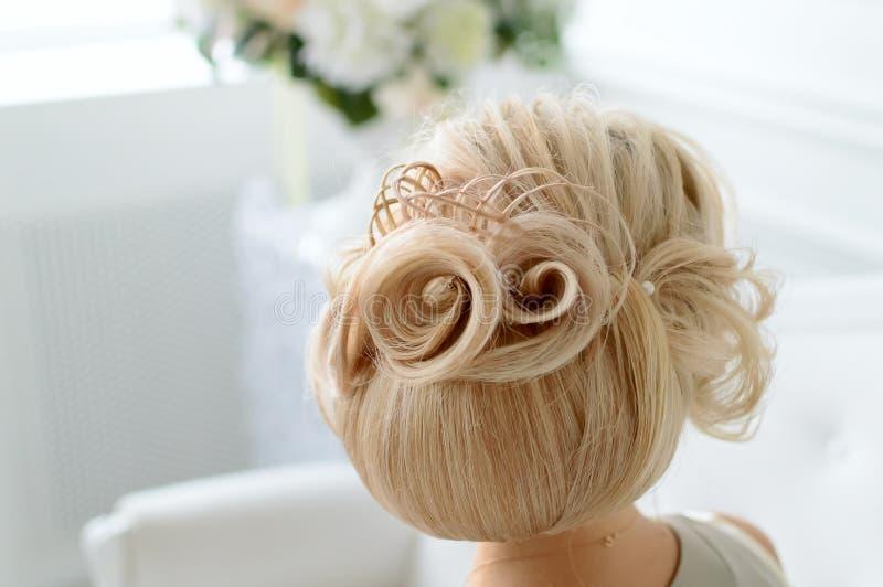 Una bella acconciatura di modello, capelli biondi immagine stock libera da diritti