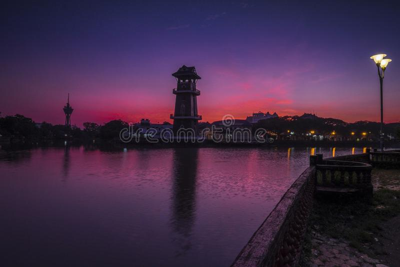Una bella alba vicino al fiume a Tanjung Chali nelle prime ore del mattino fotografia stock libera da diritti