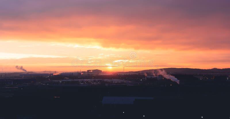 Una bella arancia e un'alba porpora sopra zona industriale di Sheffields immagini stock