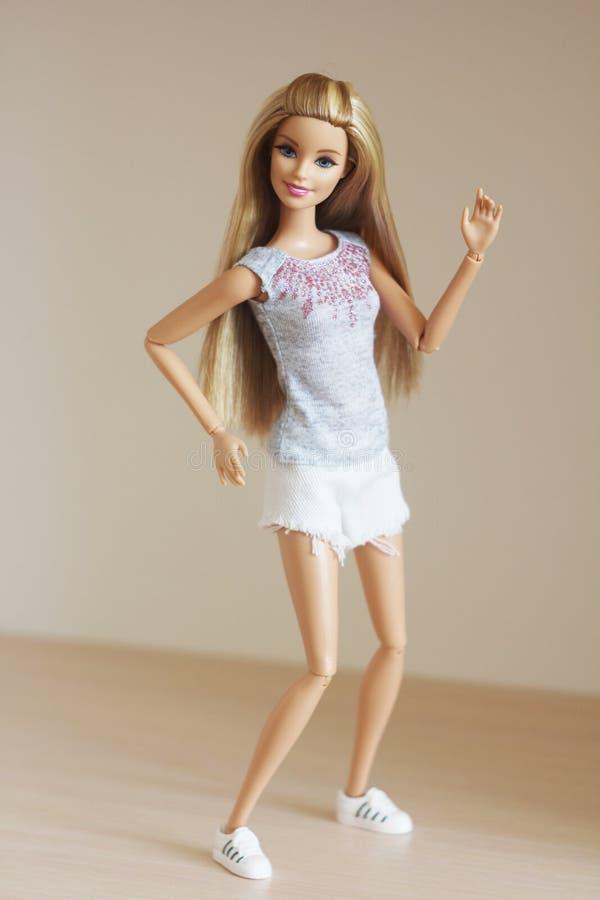 Una bella barbie con capelli bianchi Bambola alla moda immagini stock