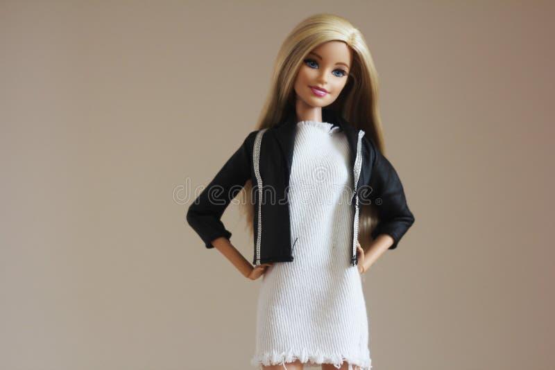 Una bella barbie con capelli bianchi Bambola alla moda fotografie stock