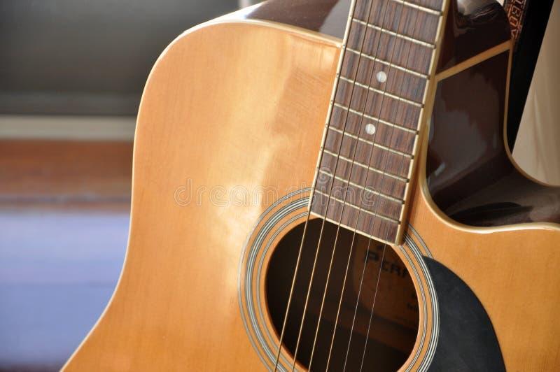 Una bella chitarra di legno al suo migliore angolo immagini stock
