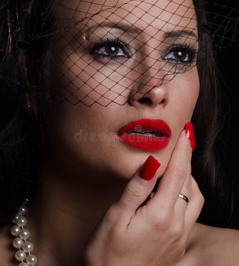 Bella, donna alla moda che indossa un fascinator fotografie stock libere da diritti